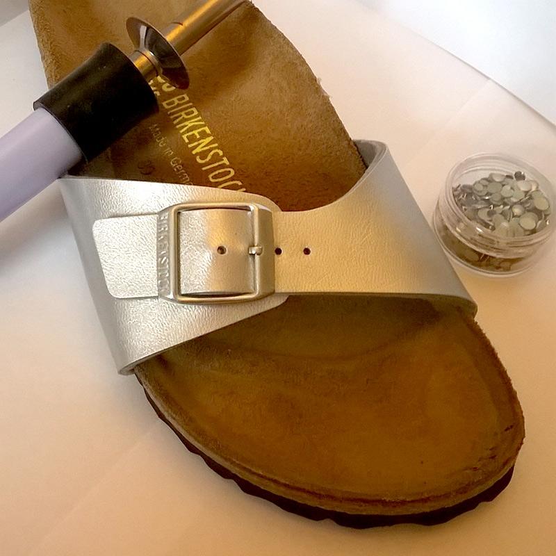Sandalen mit Nieten verzieren