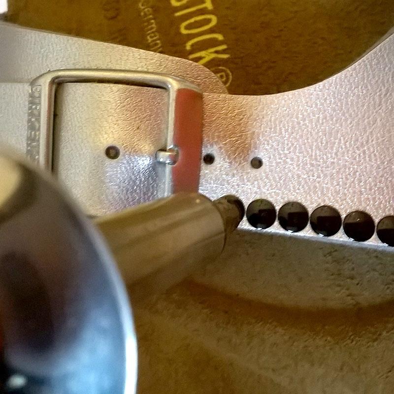 Sandalen mit Nieten verzieren mit dem Pebaro Nieten-Kolben